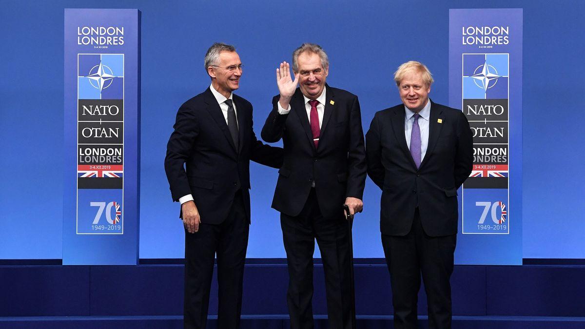 Komentář: Zeman bude na summitu NATO vyčnívat jako narezlá trubka ze zdi
