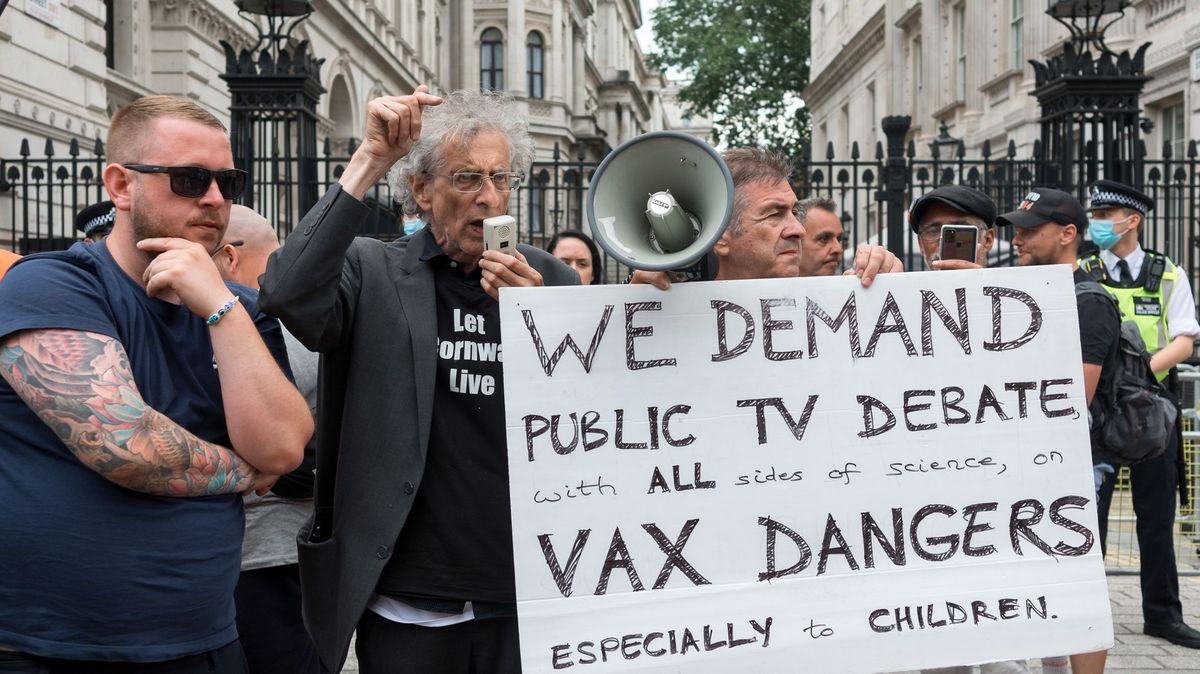 Hon odpůrců lockdownu na známého novináře BBC pobouřil ipremiéra Johnsona
