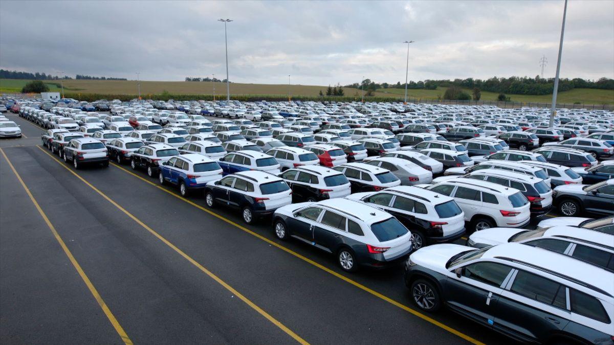 Na nové auto si Češi počkají až rok, tvrdí největší dealer škodovek