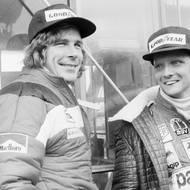 """čtk: Niki Lauda / Zde na snímku s Huntem z 24. října 1976 společně sledují, jak prší. Hunt na trať vyrazil.  """"Můj život je cennější než titul,"""" prohlásil Lauda. A prohrál v celkovém hodnocení sezóny s Jamesem Huntem o jediný bod."""