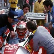 čtk: Niki Lauda v Nürburgringu toho dne závodit nechtěl. Trať považoval za příliš nebezpečnou. Před závodem navrhl ostatním závodníkům, aby Velkou cenu bojkotovali. Byl přehlasován.