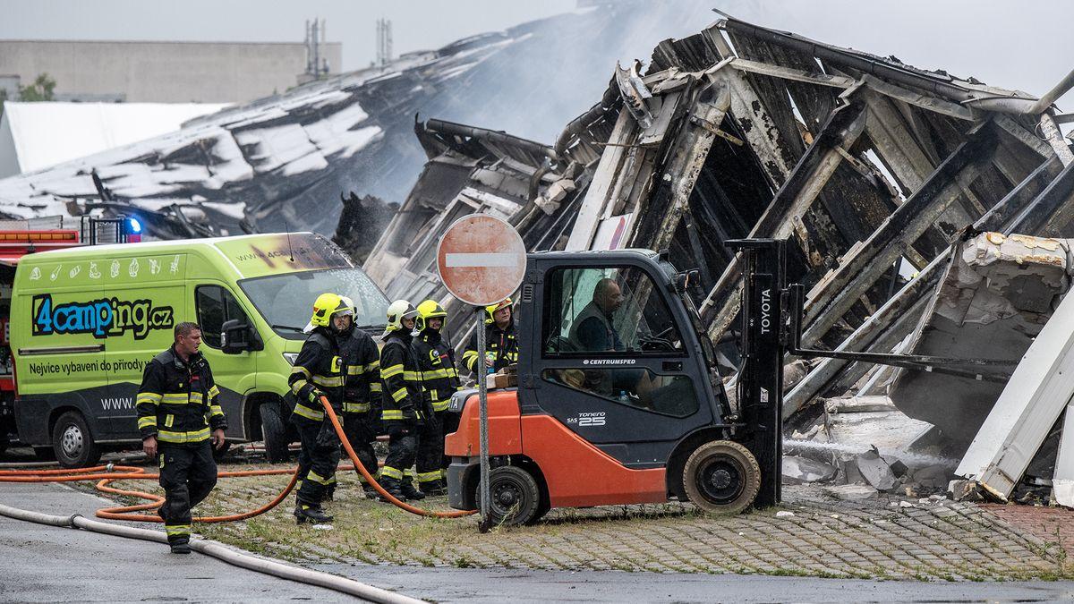 Snímky zmísta obřího požáru. Veletržní hala vLetňanech se zřítila