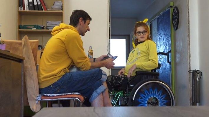 Těžce handicapovaná dívka musela dokazovat, že se zázračně neuzdravila