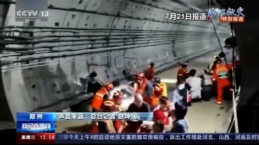 Video: Lidé měli vzaplaveném čínském metru vodu až po krk