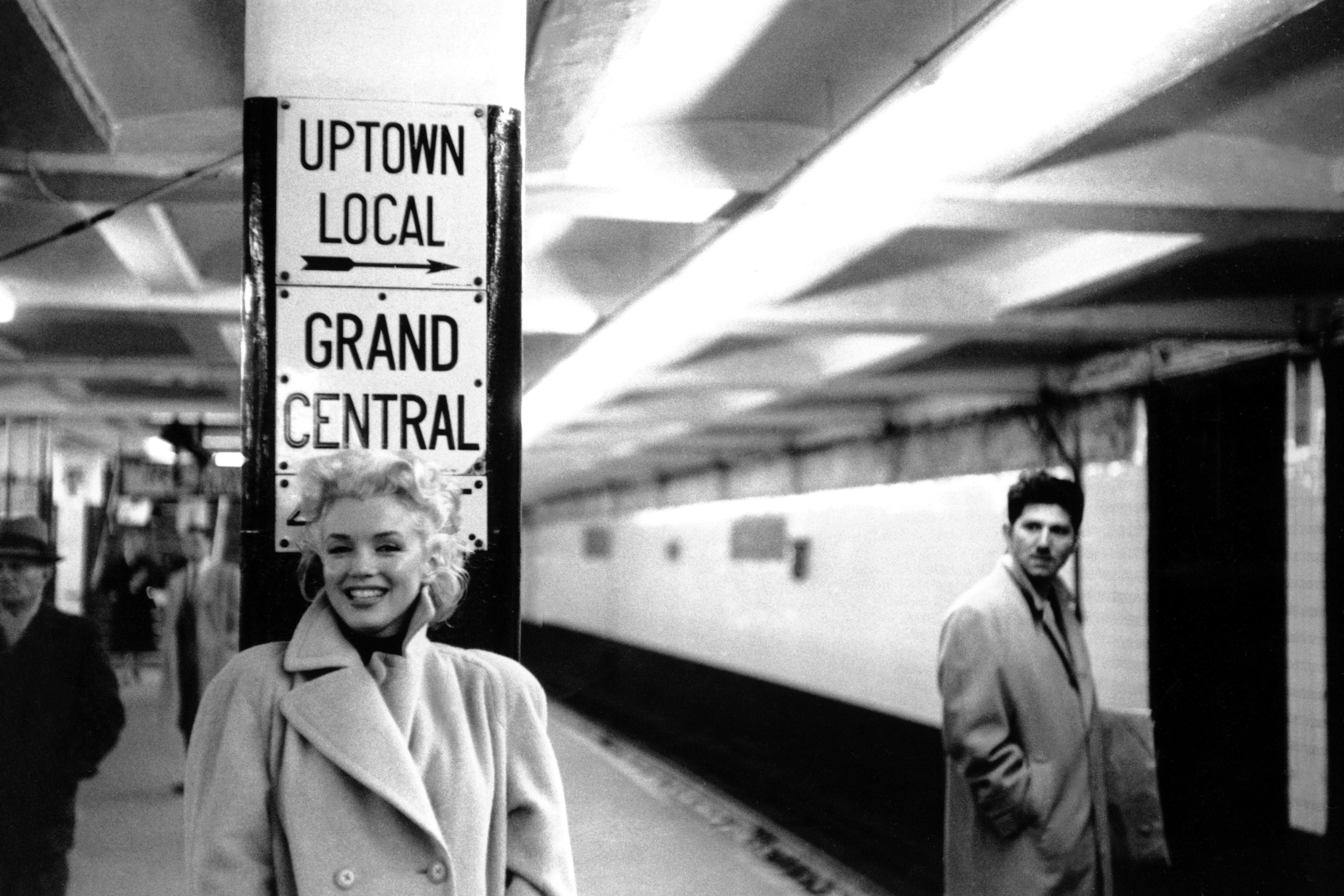 Jeho rukopisem se staly fotografie focené bez použití blesku pořízené ve světelně velmi chabých, složitých podmínkách. Marilyn pózující ve stanici metra Grand Central Station.