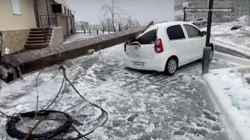 Záběry ze zamrzlého města. Vladivostok paralyzuje sníh a led