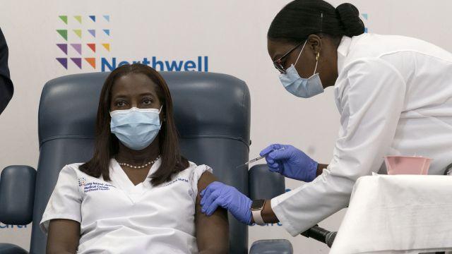 Video: Před kamerami dostala vakcínu první Američanka