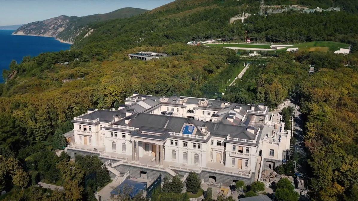 """""""Drby a vymývání mozků."""" Putin odmítl vlastnictví luxusní rezidence"""
