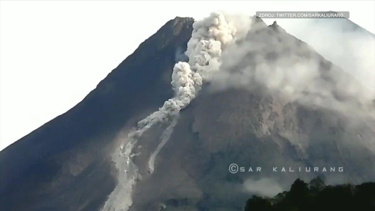 Video: Nejaktivnější indonéská sopka Merapi chrlí popel a lávu