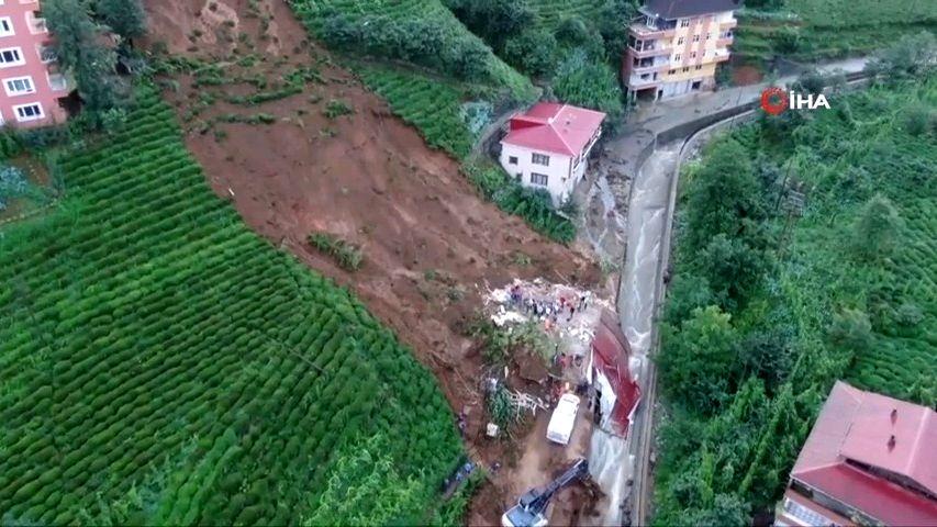 Video: Záplavy spláchly vČernomořském regionu silnice iměsto